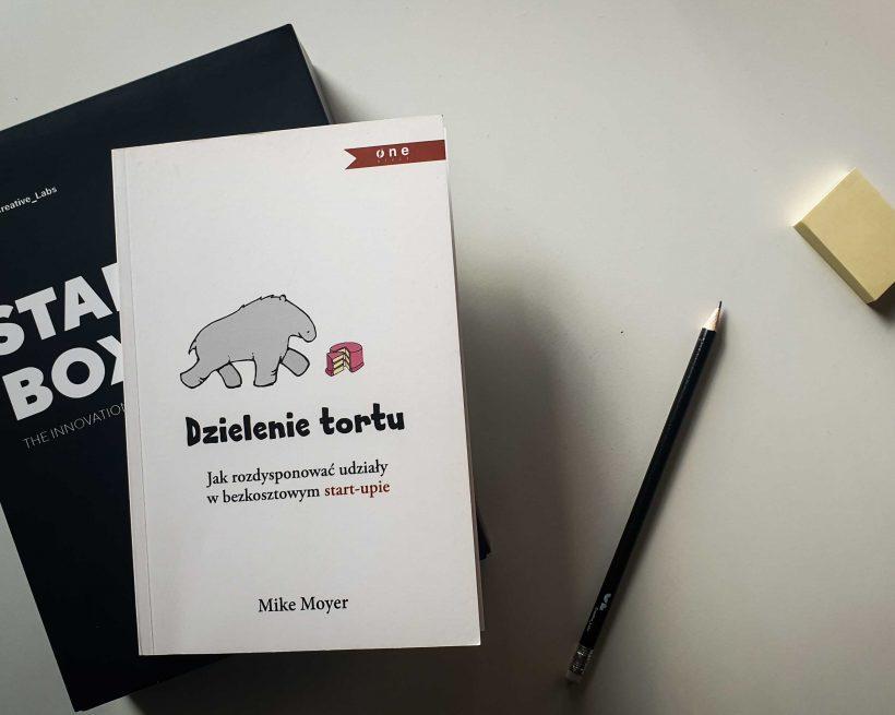 Dzielenie tortu. Jak rozdysponować udziały w bezkosztowym start-upie. Recenzja książki Mike'a Moyera.